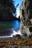Vågor bryter i vintersolskenet vaggar på framsidan och Pebble Beach, den Vancouver ön arkivbild
