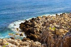 Vågor bryter på den steniga kusten Rethymno, Kreta, Grekland Royaltyfria Bilder