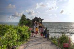Vågor för för Tahah lotttempel och hav på den soliga dagen, Bali, Indonesien Arkivfoton