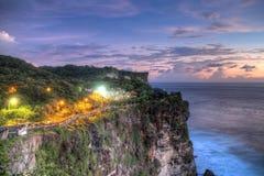 Vågor för för Tahah lotttempel och hav på den soliga dagen, Bali, Indonesien Arkivfoto