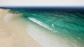 Vågor för flyg- sikt bryter på den härliga sandstranden framförande 3d arkivbilder