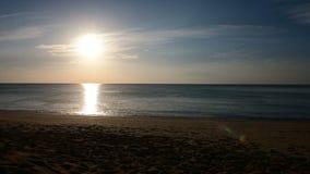 vågor för hav 4K på den sandiga stranden i solnedgång lager videofilmer