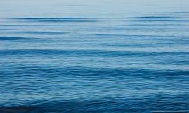 Vågor för lugna hav royaltyfria foton