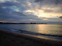 Vågor för sandig strand royaltyfria foton