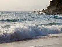 Vågor förbi havet Arkivfoto