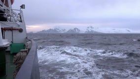 Vågor från skeppet i havet av Antarktis stock video