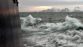Vågor från skeppet i havet av Antarktis lager videofilmer