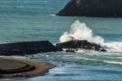 Vågor från Stilla havet som bryter över avbrottsvattnet på den ryska floden arkivbild