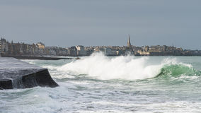 Vågor framme av staden av Saint Malo och vallarna Arkivbilder
