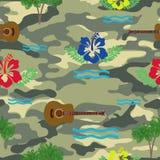 Vågor, hibiskus, gitarr och palmträd på den militära bakgrunden Arkivbilder