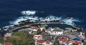 Vågor i Atlantic Ocean, Porto Moniz, madeiraö Portugal som är realtids arkivfilmer