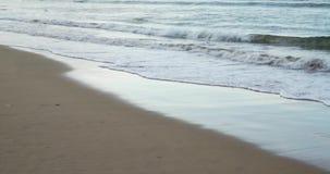 Vågor i en strand med fin sand lager videofilmer