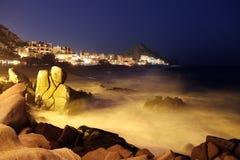 Vågor i en strand på natten Royaltyfria Bilder