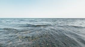 Vågor i havet i en suddighet Arkivfoton
