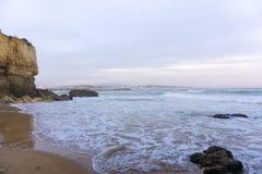 Vågor i Lagos, Portugal strandplats arkivfoto