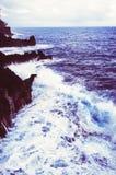 Vågor kraschar in i Rocky Shoreline Royaltyfria Bilder