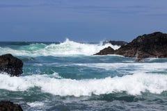 Vågor kraschar på vulkaniskt vaggar arkivfoto