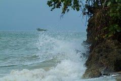 Vågor kraschar Rocky Coast Royaltyfri Bild