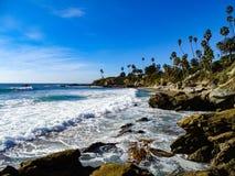 Vågor kraschar till vaggar in på Laguna Beach royaltyfri fotografi