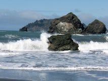 Vågor längs kusten Arkivfoton