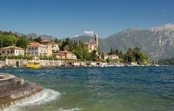 Vågor längs kusten av sjön Como på staden av Tremezzo fotografering för bildbyråer