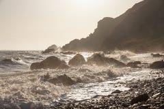 Vågor med sprej och skum på det steniga kusthavet Royaltyfria Foton