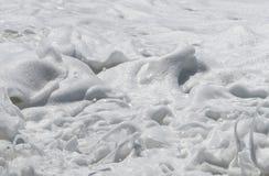 Vågor med vitt skum av havet arkivfoto