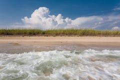 Vågor, moln och natur på denna härliga italienska strand Fotografering för Bildbyråer