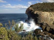 Vågor mot klippan Arkivbilder
