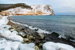 Vågor och färgstänk på Lake Baikal med vaggar, och träd i Uzuri skäller Royaltyfri Bild
