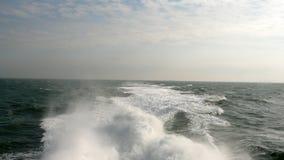 Vågor och himmel av Nordsjön på middagar royaltyfria bilder