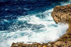 Vågor och klippor i Malta Arkivbilder