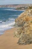 Vågor och kustlinje på den Loe stången, Porthleven arkivfoto
