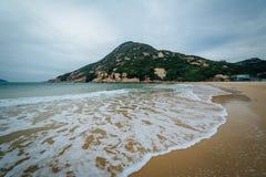 Vågor och sikt av det D'Aguilar maximumet, på den Shek nolla-stranden, på Hong Kong arkivbilder