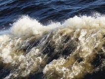 Vågor och skum resultera från inverkan av vågor ombord skeppet royaltyfri foto