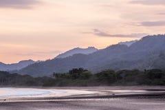 Vågor och solnedgång, playatambor Costa Rica Royaltyfri Fotografi