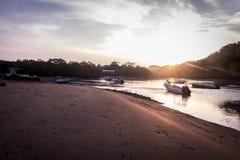 Vågor och solnedgång, playatambor Costa Rica Arkivfoton