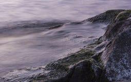 Vågor och stenar Royaltyfri Foto