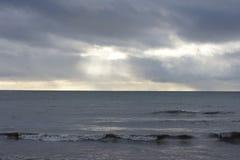 Vågor och stormmoln Royaltyfri Bild