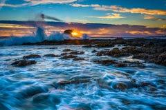 Vågor och vaggar på solnedgången, på lilla Corona Beach Royaltyfria Foton
