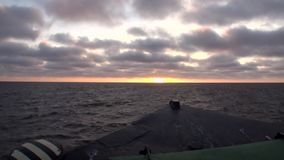 Vågor och vattenyttersidasikten från pilbåge sänder i det arktiska havet på ny jord Vaigach