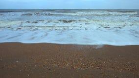 Vågor och vind i vintertid på Black Sea arkivfilmer