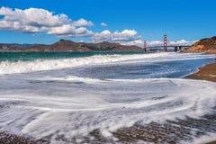 Vågor på bagaren Beach i San Francisco, USA. arkivbild