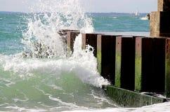 Vågor på bryggan Arkivbild