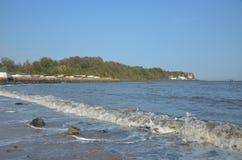 Vågor på den Aberdour stranden Arkivbild