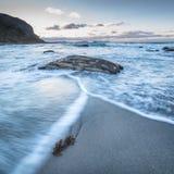 Vågor på den Alnes stranden Arkivbilder