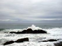 Vågor på den Karridene stranden arkivbild