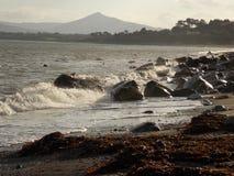 Vågor på den Killiney stranden royaltyfria foton