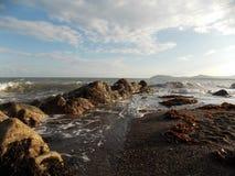 Vågor på den Killiney stranden Arkivbilder