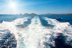 Vågor på det blåa havet bak fartyget Arkivbild